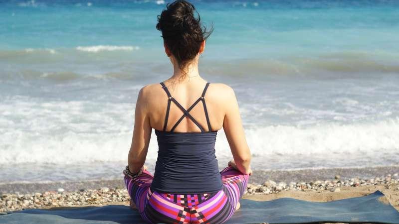 méditation femme plage