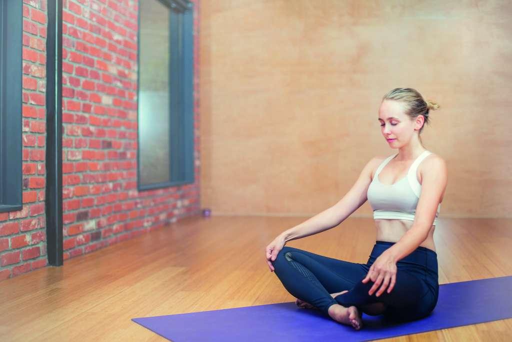 femme yoga tapis