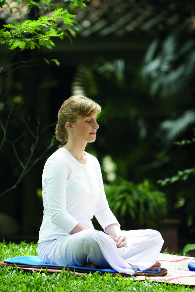 femme meditation nature