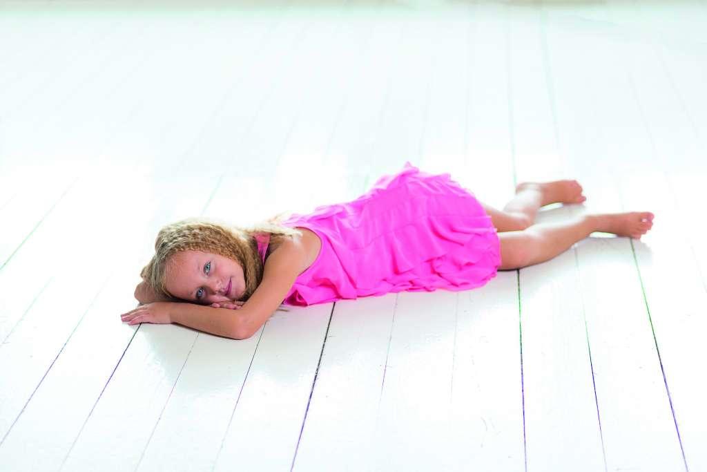 fille allongée calme