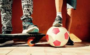 enfants skate ballon foot