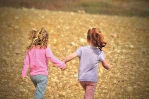 petites filles mains dans la mains