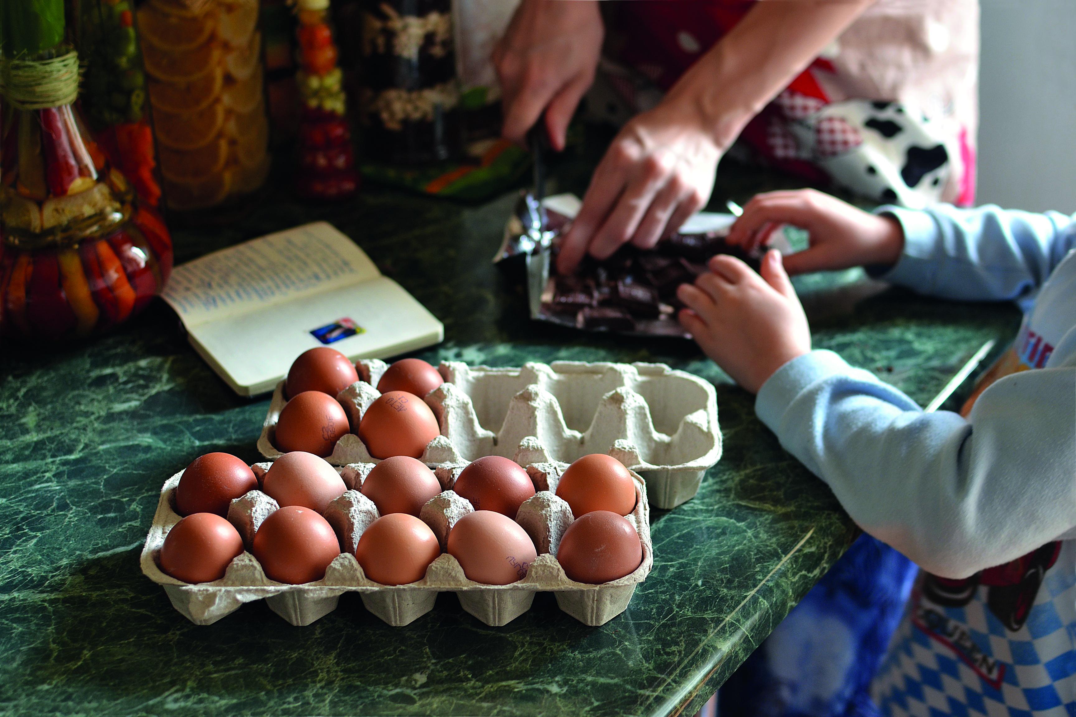 cuisine enfant adulte casser des oeufs